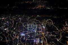 Lumière de ville d'une fenêtre d'avion Photographie stock libre de droits