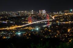 Lumière de ville et vue de nuit au-dessus d'Istanbul, Turquie 15 juillet pont de martyres - brid de Bosphorus Images libres de droits