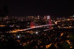 Lumière de ville et vue de nuit au-dessus d'Istanbul, Turquie 15 juillet pont de martyres - brid de Bosphorus Image stock