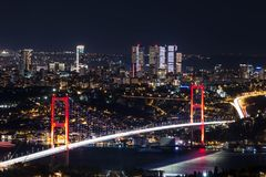 Lumière de ville et vue de nuit au-dessus d'Istanbul, Turquie 15 juillet pont de martyres - brid de Bosphorus Photographie stock
