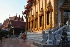 Lumière de Walking Beautiful Gold de moine dans le temple Bangkok Wat Samien Nari Thailand Image stock
