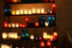 Lumière des candels dans l'église images stock