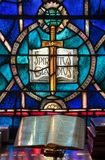 Lumière des chutes de fenêtre en verre teinté sur la bible ouverte dans l'église américaine photographie stock