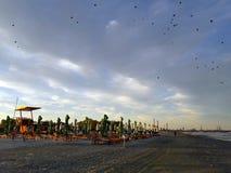 Lumière dramatique sur la plage, au coucher du soleil Photo stock