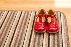 Lumière du jour rouge de filles de Childs de paires de chaussures Images libres de droits