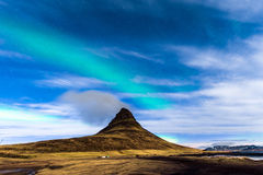 Lumière du nord dans Kirkjufell Islande Images stock