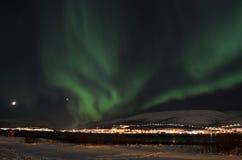Lumière du nord puissante dansant au-dessus de la crête de montagne neigeuse en Norvège du nord sur l'île de baleine Photo stock