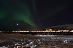 Lumière du nord puissante dansant au-dessus de la crête de montagne neigeuse en Norvège du nord sur l'île de baleine Images stock