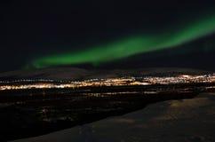 Lumière du nord puissante dansant au-dessus de la crête de montagne neigeuse en Norvège du nord sur l'île de baleine Photographie stock libre de droits