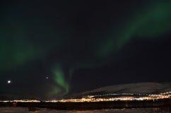 Lumière du nord puissante dansant au-dessus de la crête de montagne neigeuse en Norvège du nord sur l'île de baleine Image libre de droits