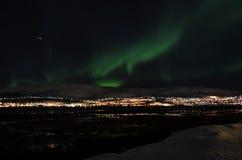 Lumière du nord puissante dansant au-dessus de la crête de montagne neigeuse en Norvège du nord sur l'île de baleine Image stock