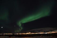 Lumière du nord puissante dansant au-dessus de la crête de montagne neigeuse en Norvège du nord sur l'île de baleine Photos libres de droits