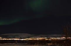 Lumière du nord puissante dansant au-dessus de la crête de montagne neigeuse en Norvège du nord sur l'île de baleine Photographie stock