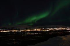 Lumière du nord puissante dansant au-dessus de la crête de montagne neigeuse en Norvège du nord sur l'île de baleine Photo libre de droits
