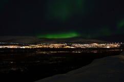 Lumière du nord puissante dansant au-dessus de la crête de montagne neigeuse en Norvège du nord sur l'île de baleine Images libres de droits
