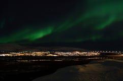 Lumière du nord puissante dansant au-dessus de la crête de montagne neigeuse en Norvège du nord sur le règlement d'île de baleine Images stock
