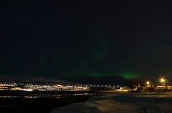 Lumière du nord puissante dansant au-dessus de la crête de montagne neigeuse en Norvège du nord sur le règlement d'île de baleine Photos libres de droits