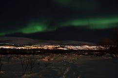 Lumière du nord puissante dansant au-dessus de la crête de montagne neigeuse en Norvège du nord sur le règlement d'île de baleine Photo libre de droits
