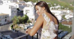 Lumière du soleil appréciante modèle avec du charme sur le balcon banque de vidéos