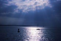 Lumière du soleil au-dessus de l'eau photo stock