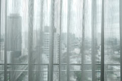 Lumière du soleil blanche de rideau par les fenêtres dans la ville Images libres de droits