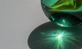 Lumière du soleil brillant par un jouet de marbre en verre Photo stock