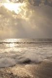 Lumière du soleil céleste sur les ondes Photographie stock