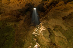 Lumière du soleil, caverne de Prayanakorn au parc national de Sam Roi Yot Photographie stock libre de droits