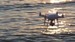 Lumière du soleil d'étincelle de vol de bourdon sur la mer banque de vidéos