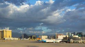 Lumière du soleil d'or dans le début de la matinée à l'aéroport à Las Vegas Images stock