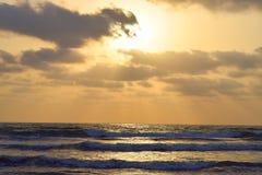 Lumière du soleil d'or derrière les nuages et la mer de répartir, plage de Ladghar, Inde Photo libre de droits