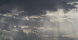 Lumière du soleil dans tout le nuage foncé Photographie stock libre de droits