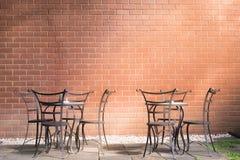 Lumière du soleil de café d'après-midi brillant par la chaise de jardin La chaleur et la relaxation des clients Pour boire du caf image stock