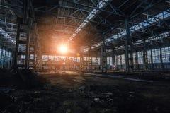 Lumière du soleil de coucher du soleil dans le grand bâtiment industriel abandonné de l'usine d'excavatrice de Voronezh image stock