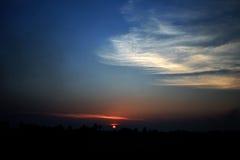 Lumière du soleil de soirée et les nuages dans la campagne de la Thaïlande Photographie stock