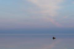 Lumière du soleil de soirée sur la côte, nuages roses, réflexion de ciel bleu sur l'eau été de montagnes d'horizon de littoral de Photographie stock libre de droits