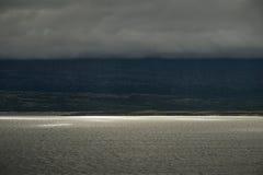 Lumière du soleil dramatique de paysage sur le lac et les nuages couvrant le moun Photo stock