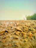 Lumière du soleil en pierre de mer d'océan ensoleillée images stock