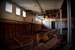 Lumière du soleil entrant dans les fenêtres d'un gymnase de vieille école Image stock