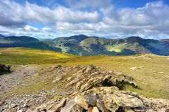 Lumière du soleil entre le haut rocher et le haut montant Photo stock