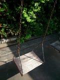 Lumière du soleil et bois d'oscillation dans le terrain de jeu Images stock
