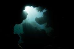 Lumière du soleil et caverne foncée et sous-marine Image libre de droits