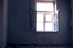 Lumière du soleil interdite de pièce ruinée par froid solitaire de fenêtre photographie stock libre de droits