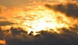 Lumière du soleil jaune-orange d'or lumineuse de Grey Clouds foncé en ciel - ciel chaud - la chaleur et énergie solaire images libres de droits
