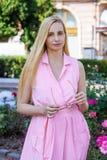 Lumière du soleil long cinquante de cheveux de vrai de portrait de femme de Moyen Âge été blond heureux de nature plus 50 verres  photographie stock