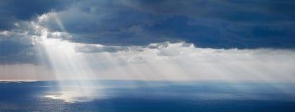 Lumière du soleil lumineuse au-dessus d'océan images libres de droits