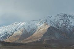 Lumière du soleil moulée sur la gamme de montagne photographie stock