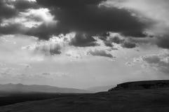 Lumière du soleil noire et blanche entre les nuages Image libre de droits