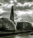 Lumière du soleil par des nuages au-dessus de ville hôtel et du tesson photographie stock libre de droits
