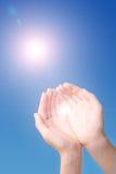 Lumière du soleil par les mains Photographie stock
